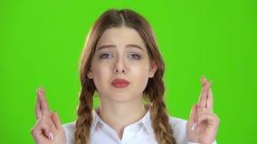 Flickan korsade henne fingrar grön skärm stock video