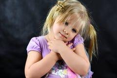 Flickan korsade hennes armar över hennes bröstkorg och blickar in i avståndsromantiker royaltyfri foto