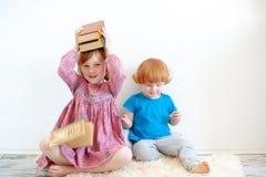 Flickan kramar hennes favorit- bok arkivbilder