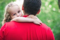 Flickan kramar hennes pappa med förälskelse fotografering för bildbyråer