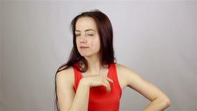 Flickan krullas framme av kameran lager videofilmer