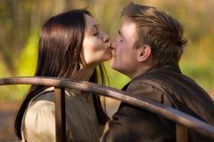 flickan kysser mannäsbarn Fotografering för Bildbyråer