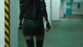 Flickan lägger benen på ryggen med häl som går på det gamla första golvet arkivfilmer