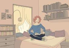 Flickan läser boken i sovrum Arkivfoto
