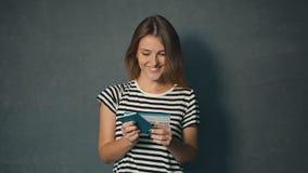 Flickan läser information på biljett lager videofilmer