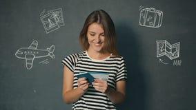 Flickan läser information på biljett arkivfilmer