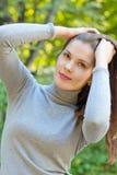 Flickan låter hår ner utomhus Arkivbild