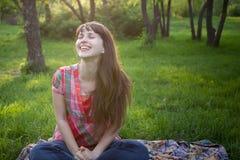 Flickan ler i en parkera royaltyfria bilder