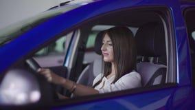 Flickan ler i ny bil stock video