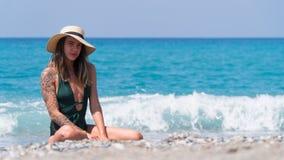 Flickan ler på semester i havet Royaltyfri Bild