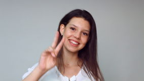 Flickan ler shower fingrarna för hand två och fyra lager videofilmer