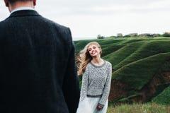 Flickan ler till kamraten Arkivfoton