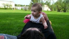 Flickan ligger med pappan på hennes mage