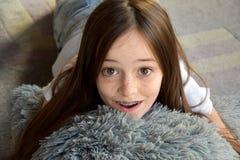 Flickan ligger på golvet arkivfoton