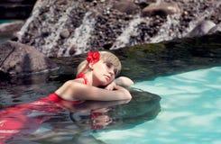 flickan ligger vatten arkivfoton