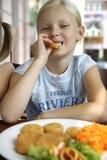 flickan little äter lunch dem Royaltyfri Foto