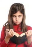 flickan little läser Arkivbilder
