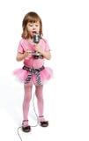 flickan little mikrofon sjunger song royaltyfri foto