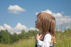 flickan little ser skyen arkivfoton