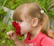 flickan little steg lukta Arkivbild