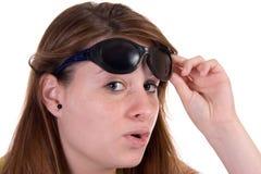 flickan lyftte solglasögon Arkivbild
