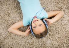 flickan lyssnar musik Royaltyfria Bilder
