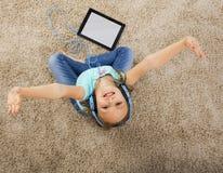 flickan lyssnar musik Fotografering för Bildbyråer