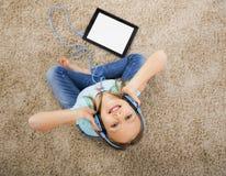 flickan lyssnar musik Royaltyfri Foto