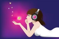 flickan lyssnar musik till Royaltyfria Foton