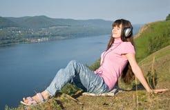 flickan lyssnar musik till Royaltyfri Bild