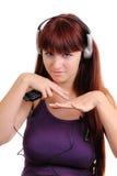 flickan lyssnar musik till Royaltyfri Foto