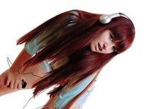 flickan lyssnar musik till Arkivfoto