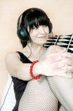 flickan lyssnar nätt musik till Royaltyfri Fotografi