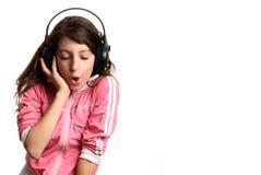 Flickan lyssnar till musik royaltyfri fotografi