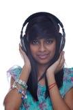 flickan lyssnar tonårs- musik till Arkivfoton