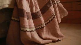 Flickan mäter den långa kjolen som göras av linne arkivfilmer
