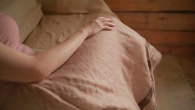 Flickan mäter den långa kjolen som göras av linne lager videofilmer