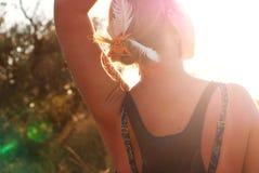Flickan möter en guld- solnedgång Royaltyfria Bilder