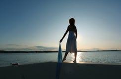 Flickan möter solnedgången arkivbilder