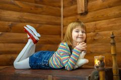 Flickan Masha ligger på det gammalt royaltyfria foton