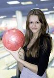Flickan med 10 klämmer fast bowlingklotet arkivbilder