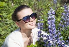 Flickan med blåa blommor Royaltyfria Bilder