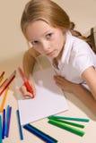Flickan med blont hår tecknar royaltyfri fotografi