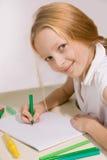 Flickan med blont hår tecknar royaltyfria foton
