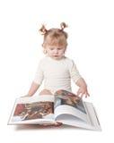 Flickan med boka Royaltyfri Bild