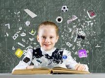 Flickan med bokar arkivbild