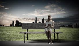 Flickan med bokar Royaltyfria Foton