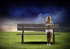 Flickan med bokar Arkivfoton