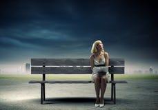 Flickan med bokar Arkivfoto