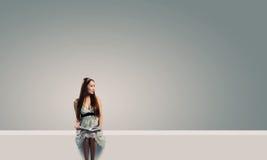 Flickan med bokar royaltyfri foto